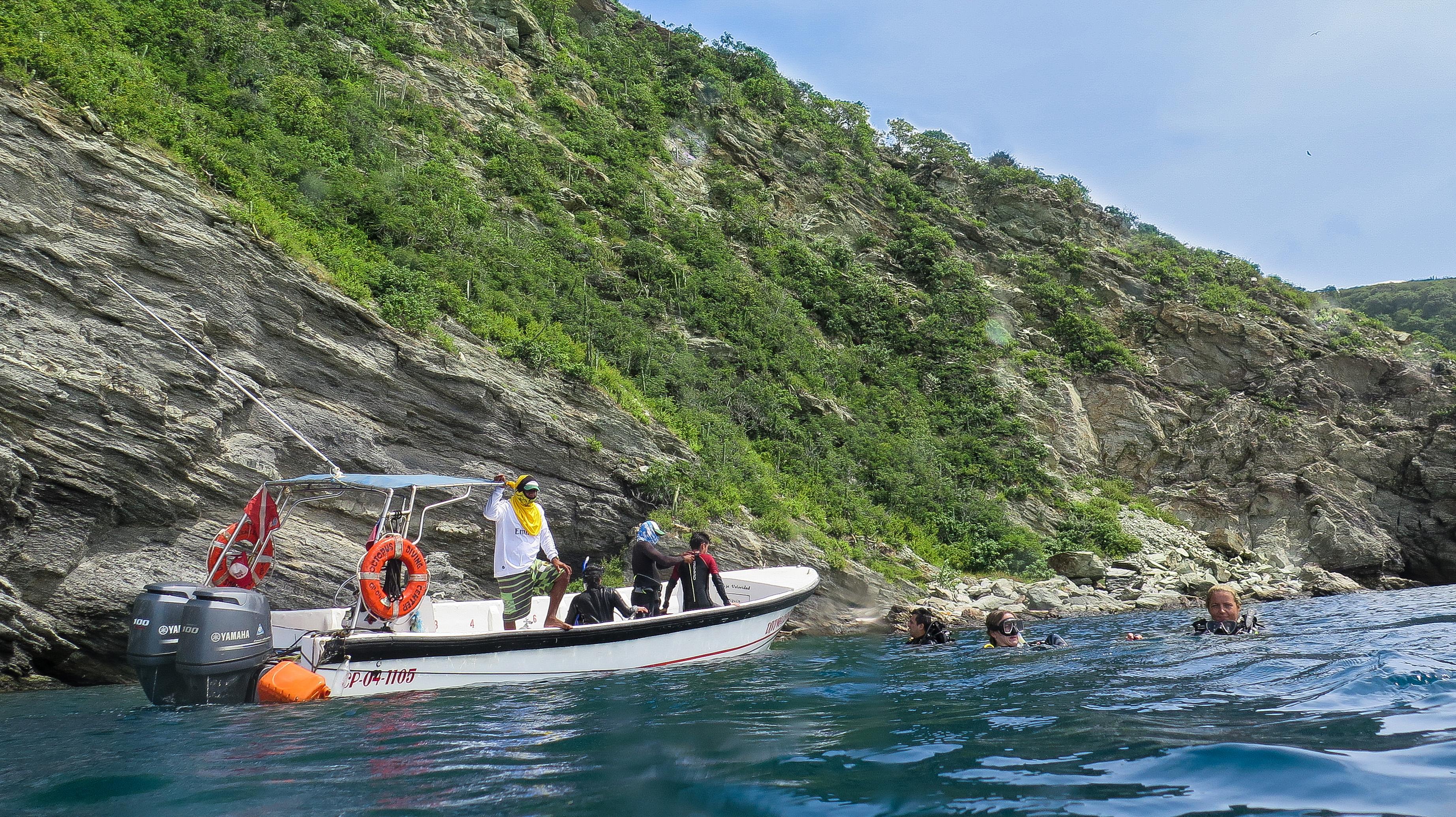 diving-boat-and-divers-taganga-colombia-tayrona-national-park-caribbean-sea